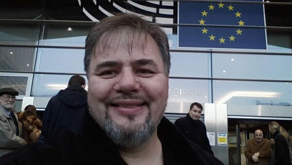 Руслан Коцаба около здания Европарламента. Декабрь 2016 года