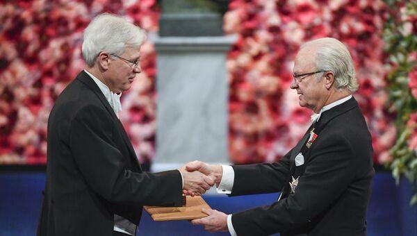 Бенгт Хольмстрём получает Нобелевскую премию по экономике от короля Швеции Карла XVI Густава в Стокгольме