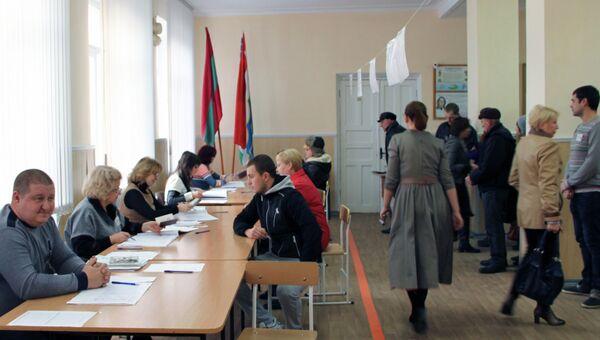 На одном из избирательных участков в Тирасполе в день очередных президентских выборов в Преднестровье