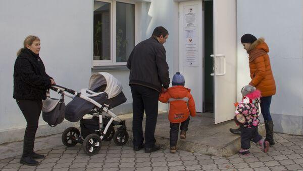 У входа в один из избирательных участков в Тирасполе в день очередных президентских выборов в Преднестровье