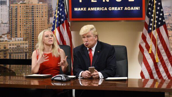 Американская актриса Кейт Маккиннон и Алек Болдуин, который пародирует Дональда Трампа. Архивное фотоТрампа. 3 декабря 2016 год