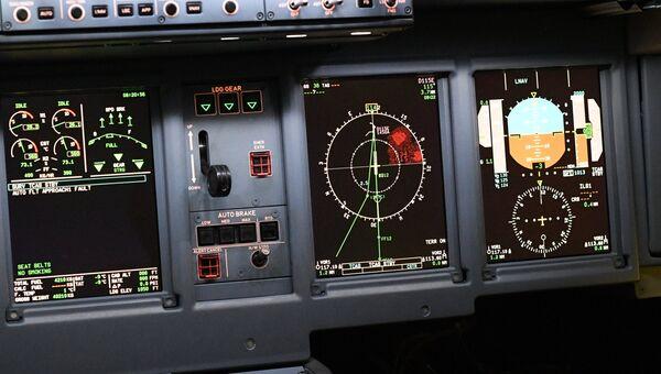 Приборы в кабине пилота полнопилотажного тренажера самолета. Архивное фото