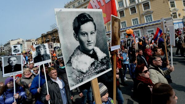 Участники акции Бессмертный полк во время шествия по улицам Владивостока
