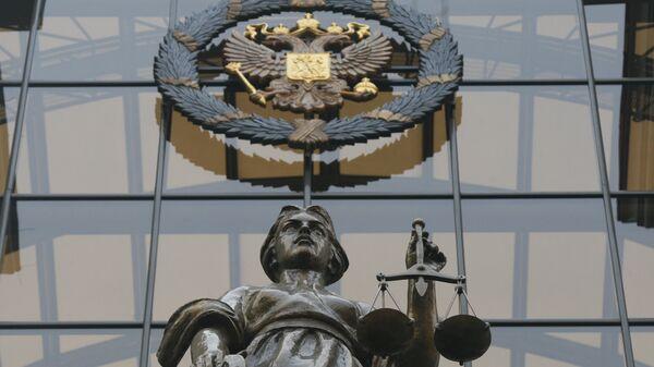 Статуя Фемиды на фасаде здания верховного суда РФ в Москве