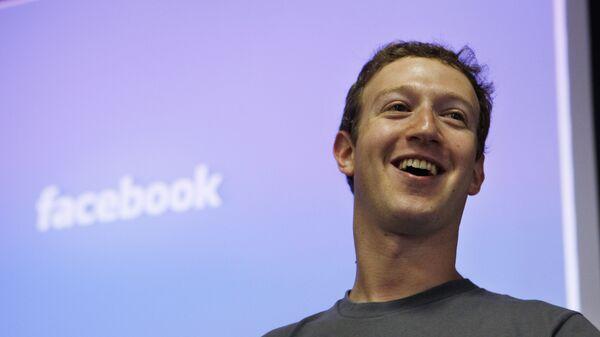 Глава Facebook Марк Цукерберг в штаб-квартире Facebook в Пало-Альт, США. Архивное фото