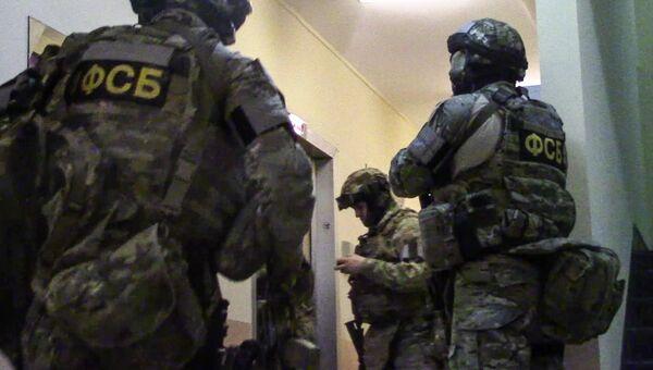 Сотрудники ФСБ РФ в ходе операции по задержанию диверсионно-террористической группы в Москве. Архивное фото