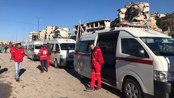 Сотрудники Красного креста ожидают выхода последней группы боевиков из восточного Алеппо. Архив