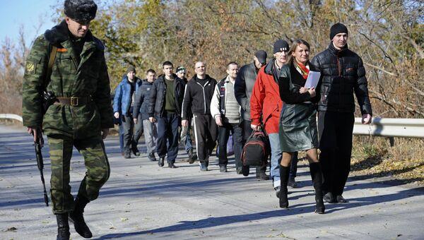 Военнопленные во время процедуры обмена между Луганской и Донецкой народными республиками и Киевом. Архивное фото