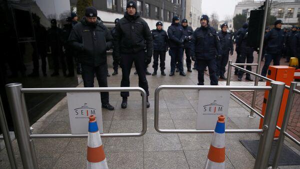 Полицейские около здания сейма, где проходит акция протеста оппозиции. Польша, Варшава