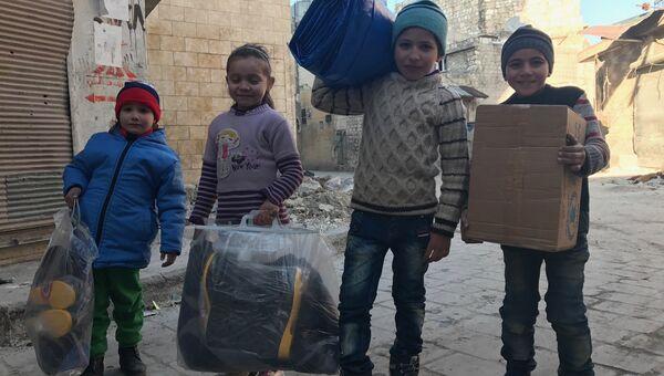 Дети, получившие первую гуманитарную помощь в восточном квартале Алеппо