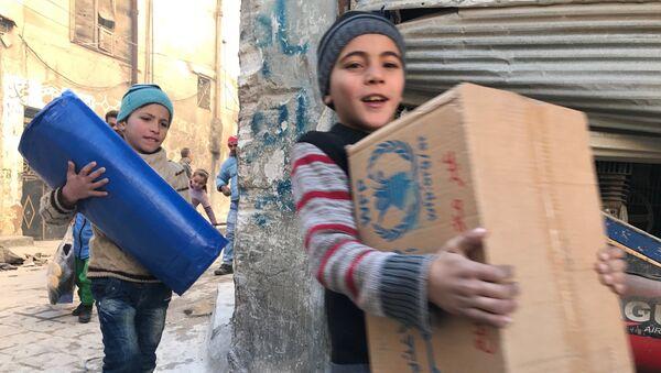 Дети, получившие первую гуманитарную помощь в восточном квартале Алеппо. Архивное фото
