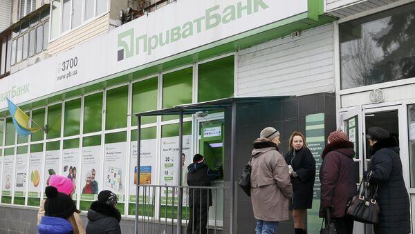 Люди возле банкомата ПриватБанка в Киеве, Украина