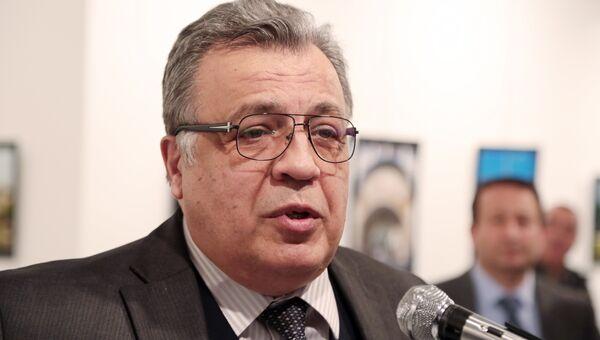 Посол России в Турции Андрей Карлов во время выступления в галерее в городе Анкара. Архивное фото