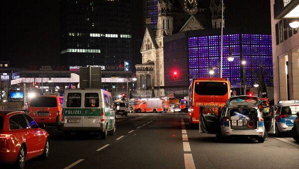 Автомобили полиции и скорой помощи у церкви Кайзера Вильгельма на Брайтшайдплац в Берлине. Архивное фото