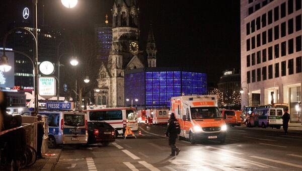 Автомобили полиции и скорой помощи у церкви Кайзера Вильгельма на Брайтшайдплац в Берлине, неподалеку от которой 19 декабря грузовик протаранил рождественскую ярмарку