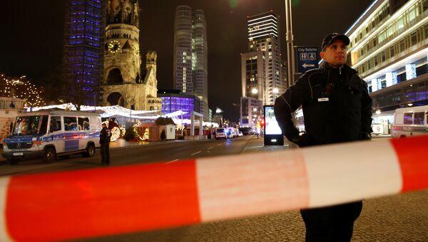 Полиция на месте трагедии, где грузовик протаранил рождественскую ярмарку в Берлине, Германия
