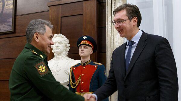 Министр обороны РФ Сергей Шойгу и президент Сербии Александр Вучич во время встречи в Москве