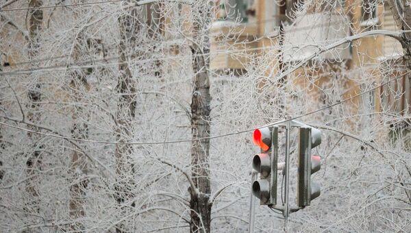 Светофор на заснеженной улице