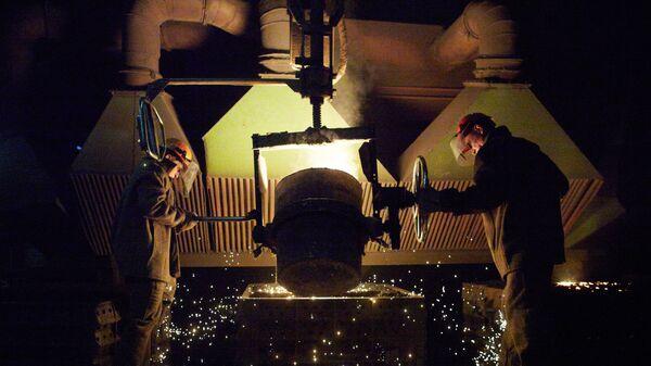 Рабочие в литейном цехе