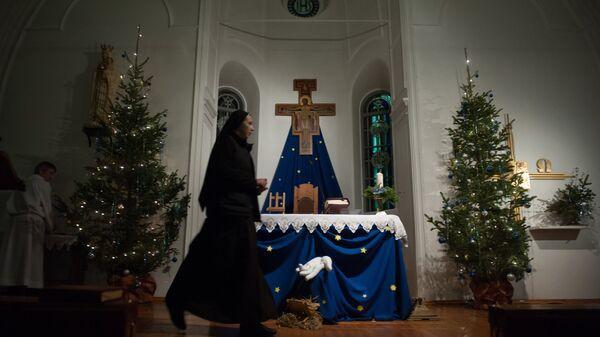 Монахиня во время празднования католического Рождества в храме Покрова Пресвятой Богородицы Царицы Святого Розария в Томске