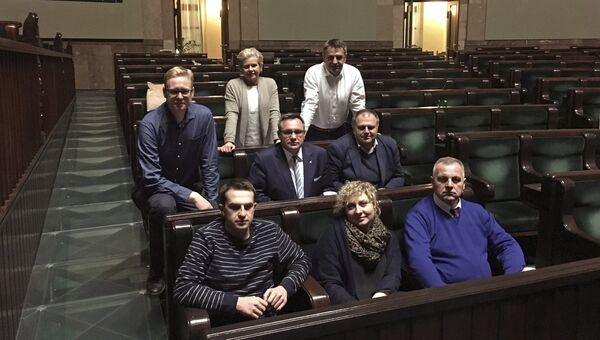 Группа оппозиционных депутатов в здании парламента Польши. Архивное фото