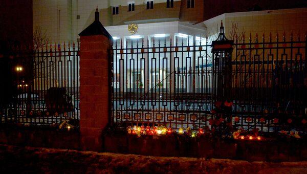 К зданию посольства Российской Федерации в Минске люди несут цветы и свечи. Архивное фото