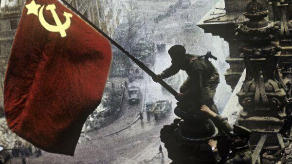 Знамя Победы на здании Рейхстага в городе Берлине. Архивное фото