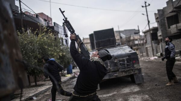Сотрудник иракского спецназа стреляет по беспилотнику группировки Исламское государство. Архивное фото