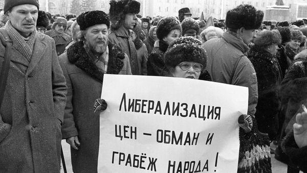 Участники митинга протестуют против либерализации цен, февраль 1992 года