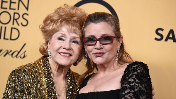 Дебби Рейнольдс и Керри Фишер - слева направо. Архивное фото