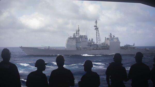 Моряки с авианосца Dwight D. Eisenhower смотрят на ракетный крейсер San Jacinto в Средиземном море