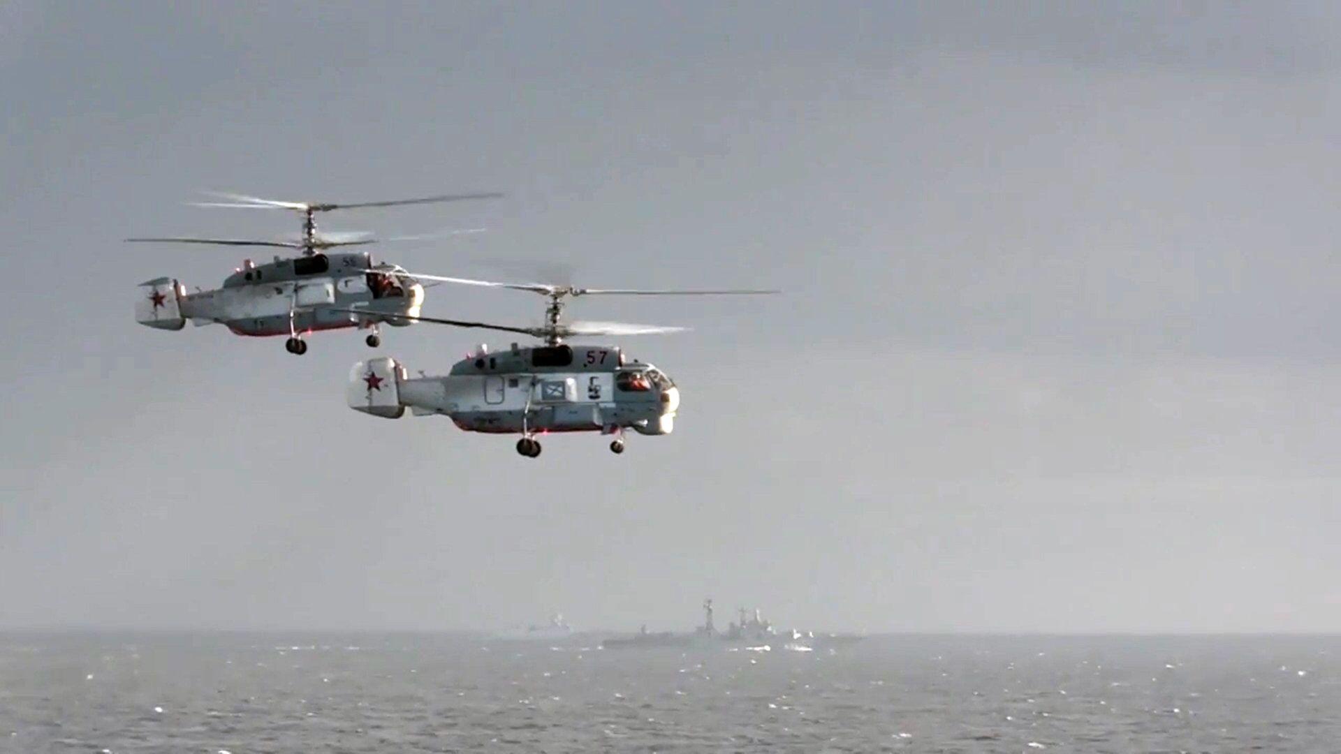 Вертолеты Ка-27ПС рядом с тяжёлым авианесущим крейсером (ТАВКР) Адмирал Кузнецов - РИА Новости, 1920, 01.10.2020