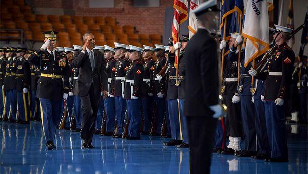 Президент США Барак Обама во время посещения военной базы в Форт-Майер, Виргиния. Архивное фото
