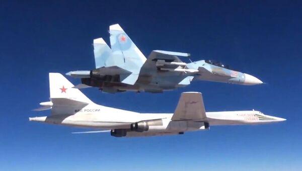 Сопровождение истребителем Су-30СМ бомбардировщика-ракетоносца Ту-160 Военно-космических сил России. Архивное фото