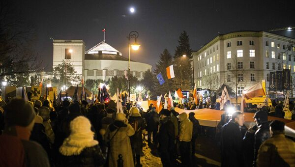 Акция протеста около здания польского парламента в Варшаве в поддержку оппозиции