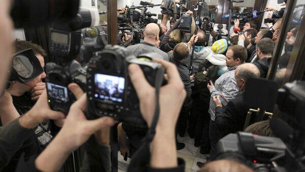 Журналисты около парламента Польши во время голосования сената по законопроекту о бюджете страны на 2017 год