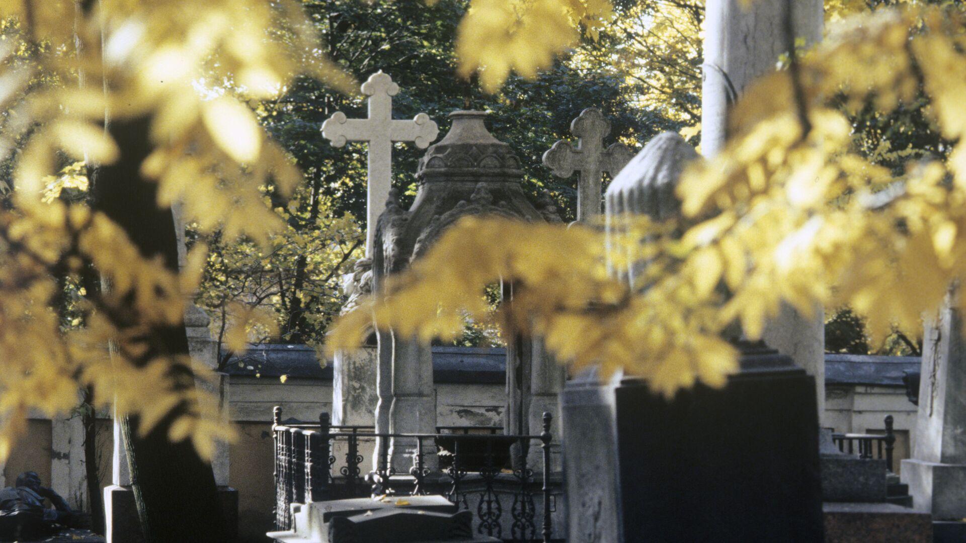 Могильные надгробия в некрополе Александро-Невской Лавры - РИА Новости, 1920, 15.05.2020