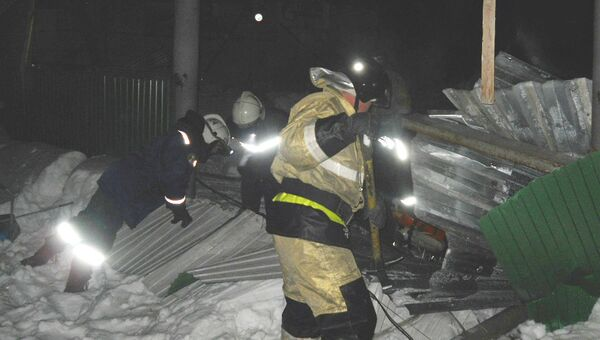 Спасатели на месте обрушения конного клуба в Бердске