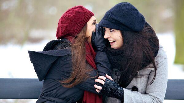 Девушки беседуют зимним днем