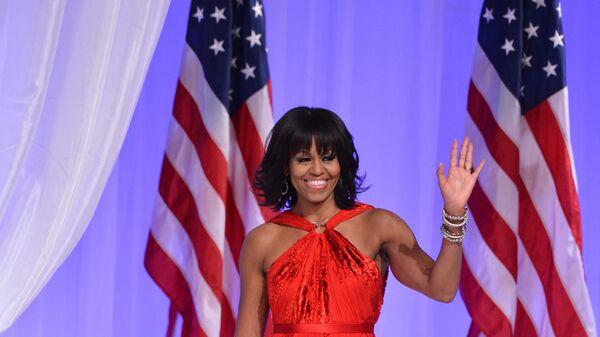 Первая леди Мишель Обама танцуют на торжественном балу