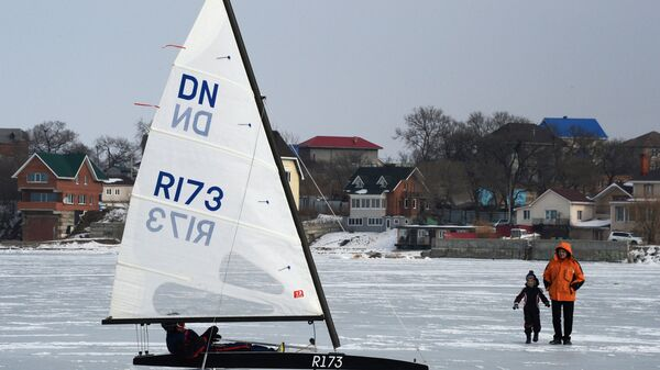 Участник открытых соревнований по буерному спорту на кубок командующего Тихоокеанским флотом на льду Амурского залива во Владивостоке