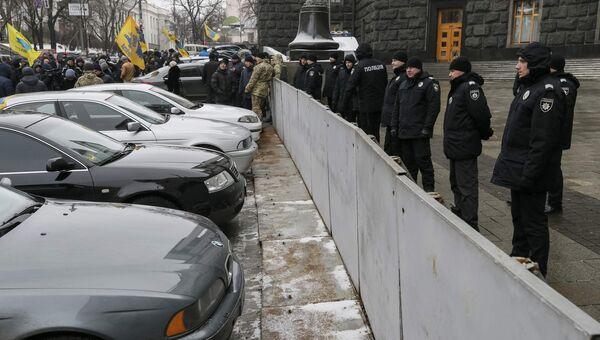 Участники на акции протеста возле здания правительства Украины в Киеве. 24 января 2017