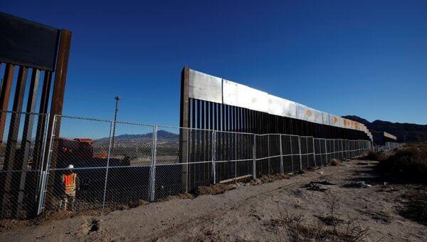 Недавно построенный участок забора, разделяющий  США и Мексику, Sunland Park