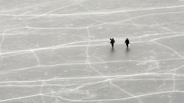 Рыбаки на льду. Архивное фото