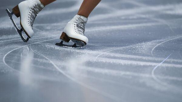 Спортсменка выступает в короткой программе женского одиночного катания на чемпионате Европы по фигурному катанию в Остраве