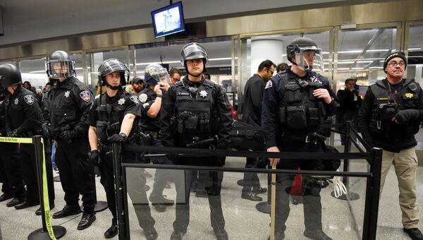 Полицейский кордон в международном аэропорту Сан-Франциско, 28 января 2017