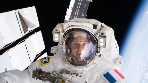 Астронавт ESA Тома Песке фотографируется во время выхода в открытый космос в январе 2017 года
