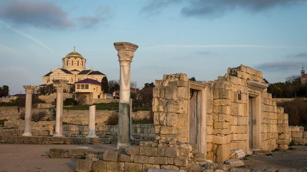 Вид на Собор Святого Владимира на территории национального заповедника Херсонес Таврический в Севастополе