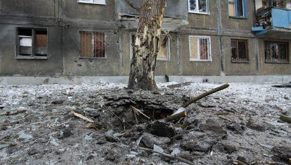 Воронка от попадание снаряда после обстрела в Киевском районе Донецка. 1 февраля 2017