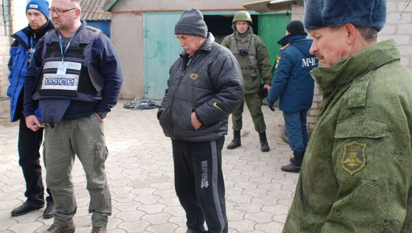 Представители ОБСЕ и бойцы народной милиции ДНР в селе Коминтерново Донецкой области